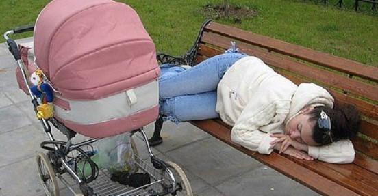 Девушка лежала на лавочке, а в коляске плакал малыш
