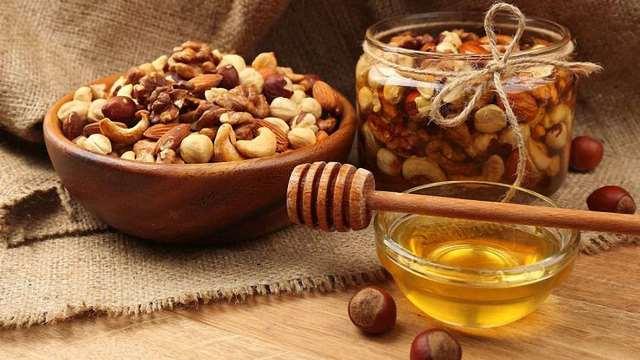Смешайте мёд с грецкими орехами и посмотрите что из этого выйдет