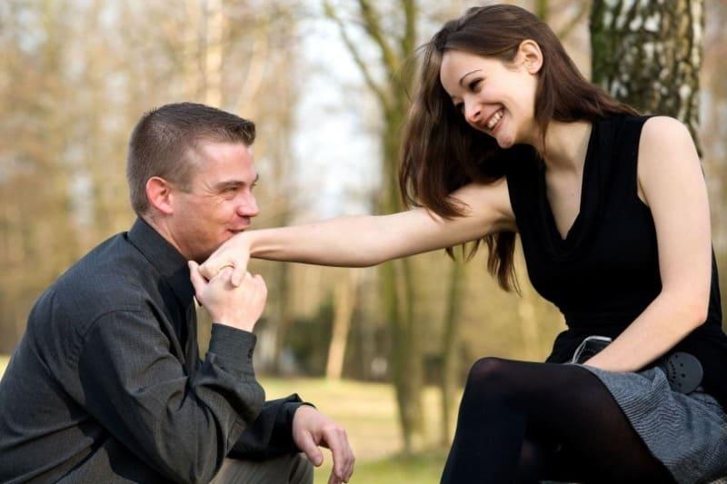 Любит, но молчит: 5 верных признаков того, что вы небезразличны мужчине