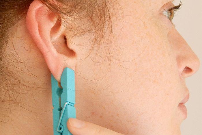 Она прицепила прищепку на ухо. Вы думаете, просто так? Идея просто гениальна! Стоит попробовать!