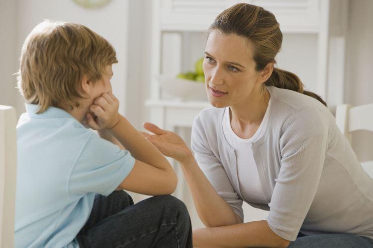 Мать не разрешала сыну смотреть её свадебные фото. Ребёнок ослушался и узнал правду, которую от него скрывали долгие годы