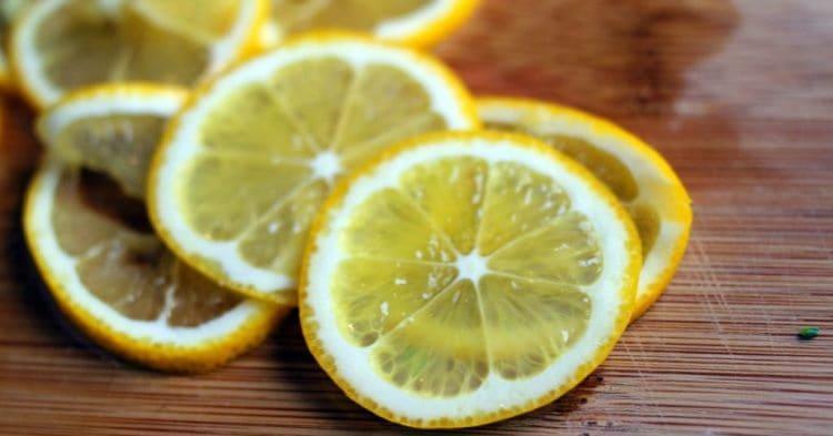 Почему стоит протирать лицо лимоном каждое утро?