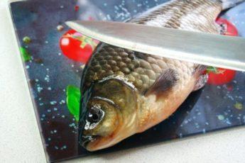 Бабуля показала, как быстро почистить рыбу без грязи и чешуи