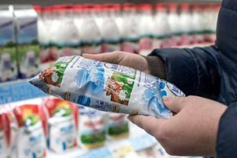 Магазинное молоко не скисает вовсе не из-за того что оно порошковое. Всё гораздо проще