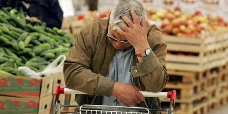 В очереди прилично одетый мужчина обратился ко мне: «Девушка, купите мне картошки, я 4-ро суток без еды»