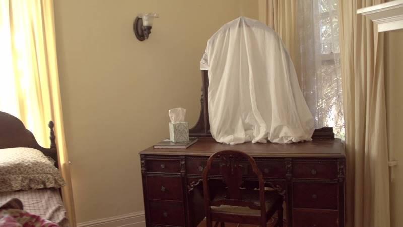 Зачем закрывают зеркала, когда в доме умирает человек