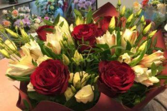 В цветочных магазинах букеты стоят долго и не вянут. Раскрываем секрет, почему