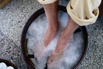 По совету старца мужчина опустил ноги в воду с содой. Через несколько минут средство сработало!